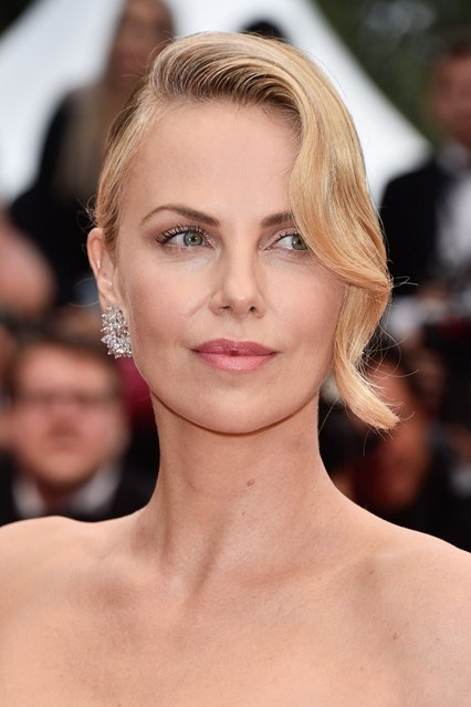 charlize-theron-beauty-cannes-vogue-15may15-getty-b_426x639