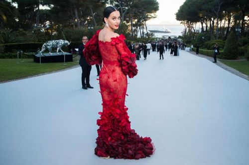 CAP D'ANTIBES, FRANCE - MAY 19:  (EDITORS NOTE: This image has been retouched.) Katy Perry poses for photographs at the amfAR's 23rd Cinema Against AIDS Gala at Hotel du Cap-Eden-Roc on May 19, 2016 in Cap d'Antibes, France.  (Photo by Pascal Le Segretain/WireImage)